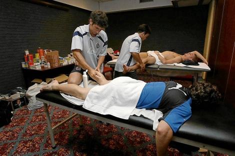 Jugadores del Real Valladolid reciben tratamiento de los fisioterapeutas del equipo. | El Mundo