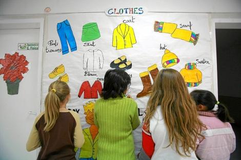Varios niños pintan un mural. | El Mundo