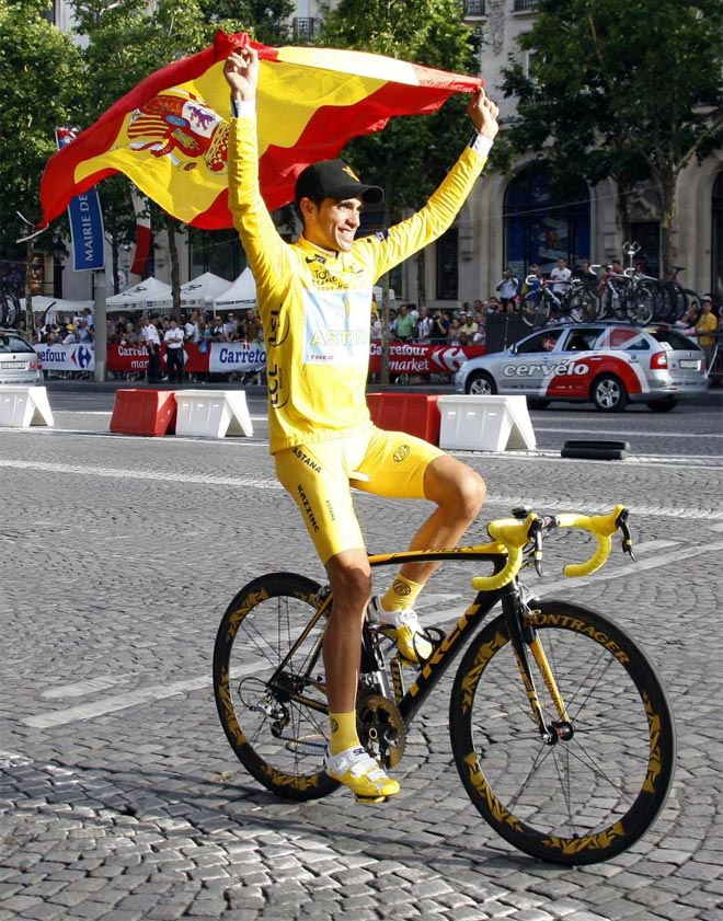 Contador pasea su felicidad por París