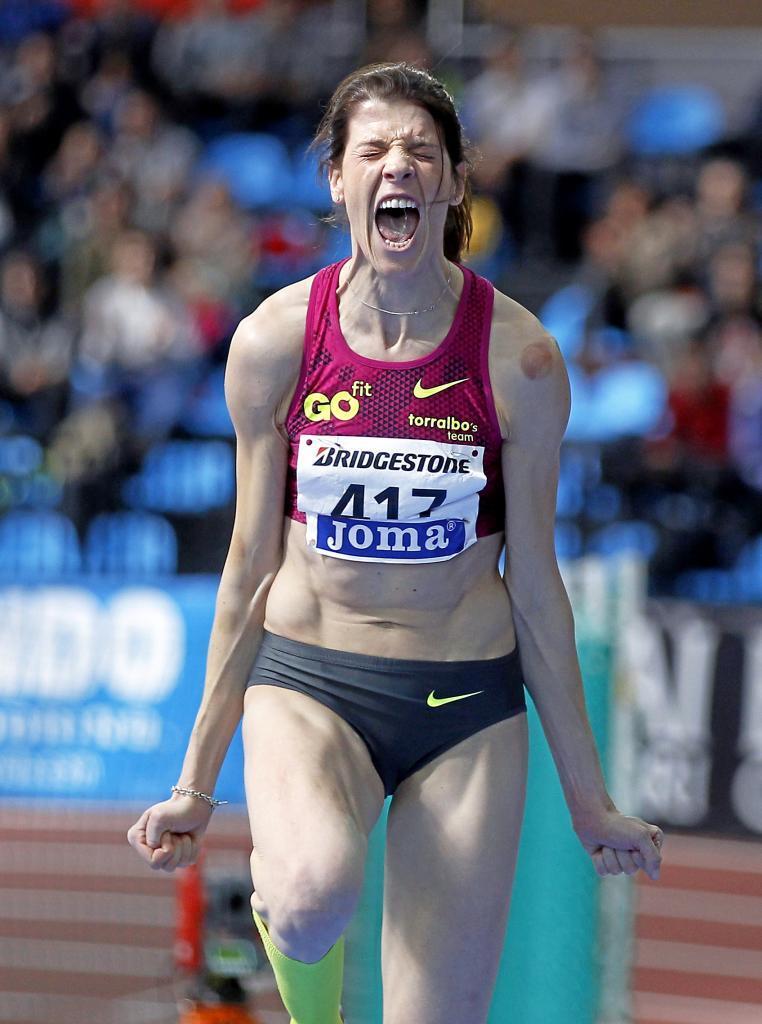 Beitia celebra su salto de 1,98 en el Polideportivo Gallur de Madrid.