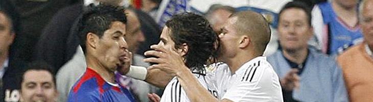 Pepe en plena agresión al jugador del Getafe.