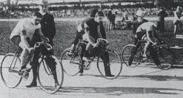 Final de 2.000 metros sprint en París 1900. Fernando Sanz, en el centro de la imagen. Foto Los Olímpicos Españoles 1900-1936. Fernando Arrechea.