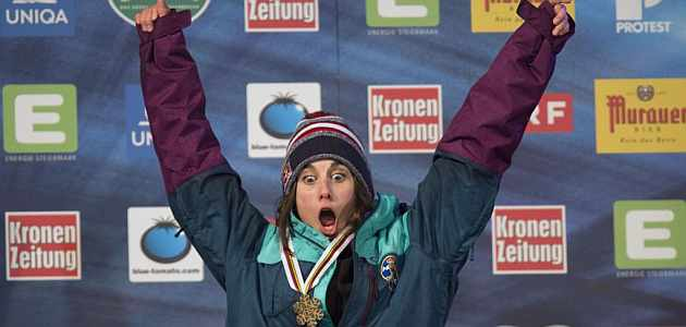 Queralt Castellet celebra su medalla en el podio / AFP