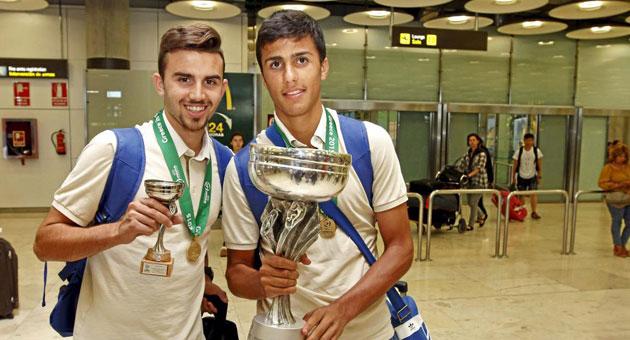 Mayoral y Rodrigo posan en su regreso a España tras el Europeo.