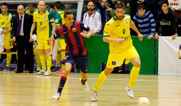 Emilio Buendía desplaza el balón en un partido ante el Barça del curso pasado