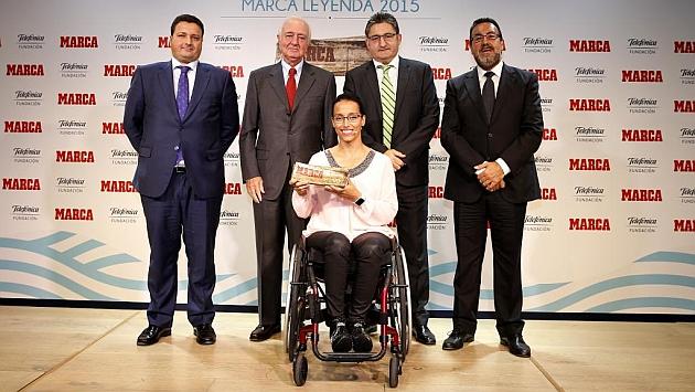Teresa Perales posa tras recibir el MARCA Leyenda de manos del director del medio, Óscar Campillo.