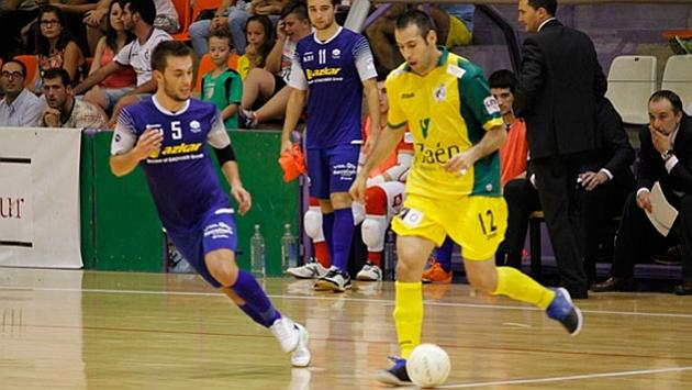 Fabián conduce el balón durante un partido con el Jaén.