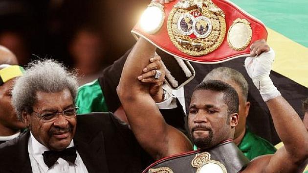 Don King alza brazo y título de Bell