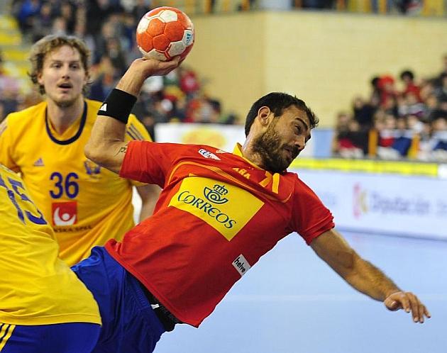 Sarmiento lanza ante Suecia en el TIE de España de 2014. Gurbindo durante un partido ante Rumanía
