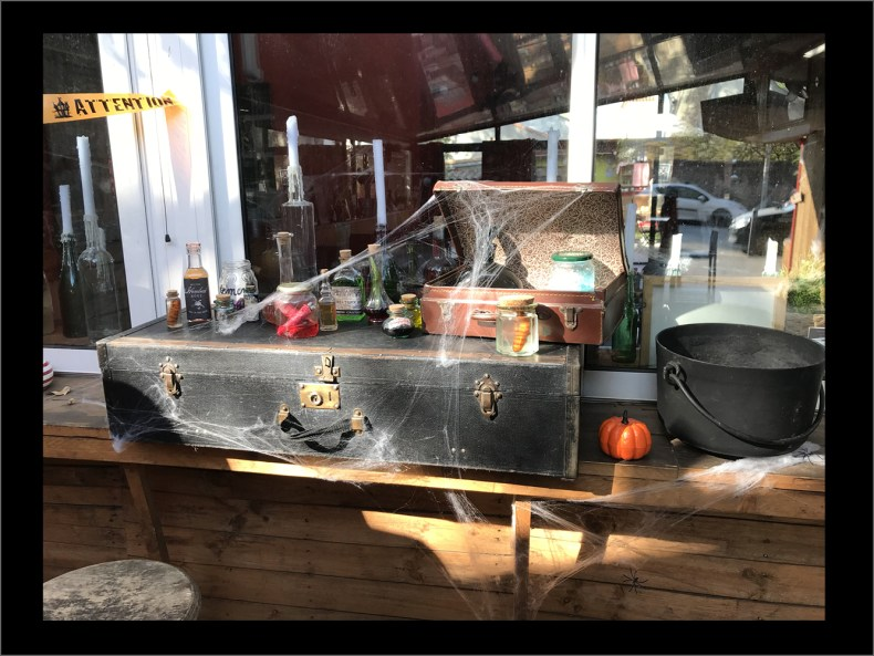 decoration halloween pallets cafe