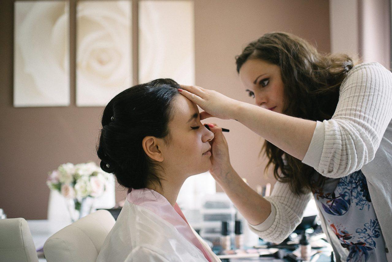 Les préparatifs de la mariée avec une maquilleuse/coiffeuse de confiance