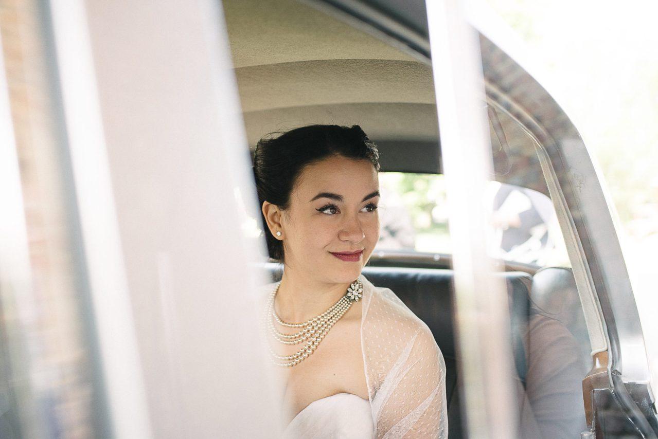 Regard de la mariée vers son jeune époux