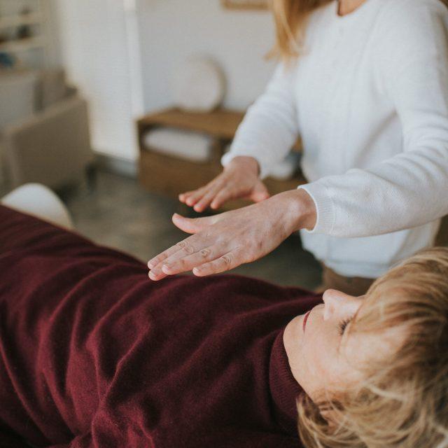L'apposition des mains durant la séance photo de Cécilia, thérapeute Reiki à Besançon