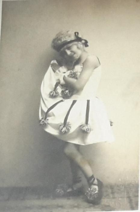 Devojčica maskirana za Purimski bal