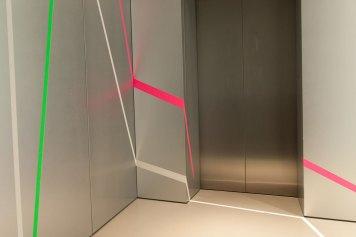 um die Aufzugtuer
