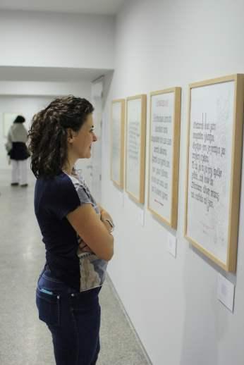 Viendo trabajos en la exposición caligráfica en Arantzazu
