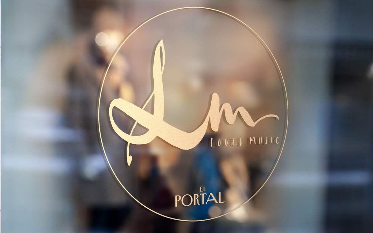 Loves Music logo en cristal, caligrafía de Esther Gordo desde la Ciudad sin Ley