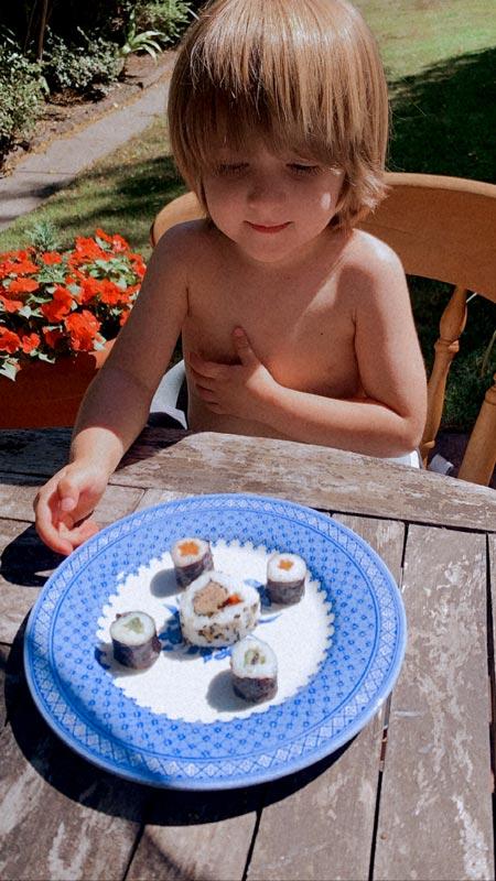 Ser mãe de menino de 3 anos é compartilhar coisas novas com ele a cada dia. Aqui ele come um prato de sushi.