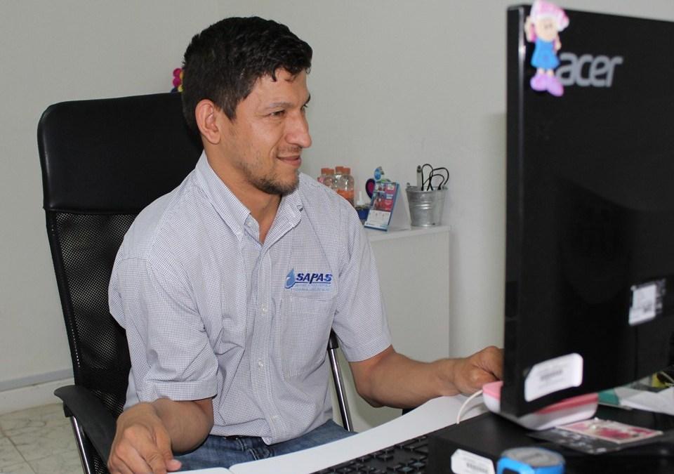 Promueve SAPAS inclusión laboral; reconoce Ayuntamiento a uno de sus empleados