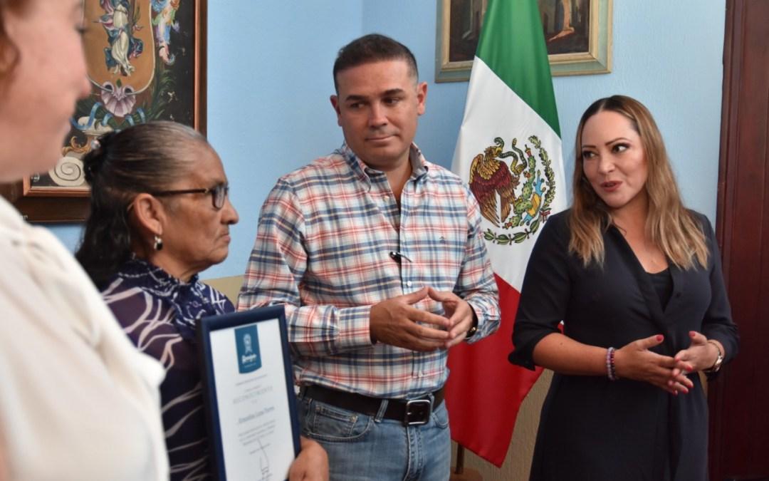 Reconoce Navarro a ganadora de concurso nacional