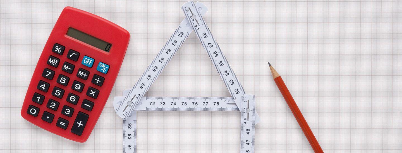une calculatrice, un mètre et un crayon pour l'estimation de votre bien à Lyon 7