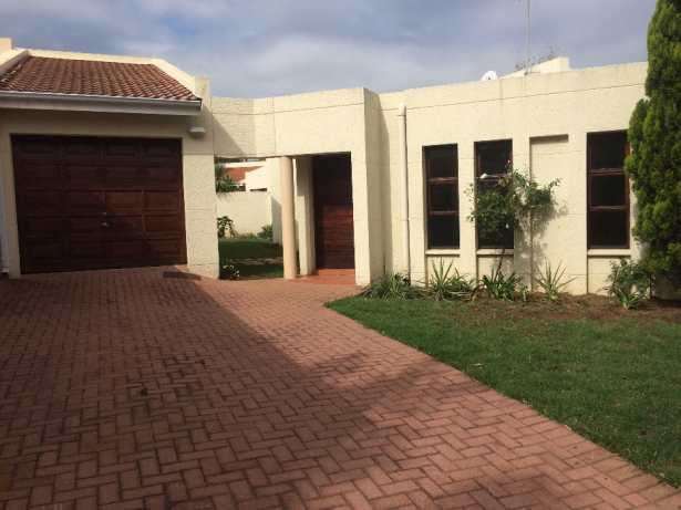 Two Bedroom Cluster Home with Driveway, Garage and Patio in Douglasdale Fourways Gardens, Johannesburg - South Africa