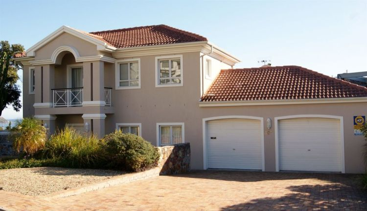 3 Bedroom Townhouse For Sale in Camps Bay 9 million Rands