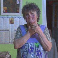"""Bătrânica din Pochidia, bătută pentru bruma de economii de 900 de lei: """"M-au strâns de gât, de fata, aveau manusi pe mâini. Au avut un cutit mare si mi l-au pus la gat"""""""