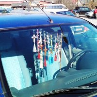 Amenzi de pȃnă la 3.000 lei pentru șoferii vasluieni care circulă cu parbrizul doldora de cruciulițe, odorizante pentru mașină și abțibilduri