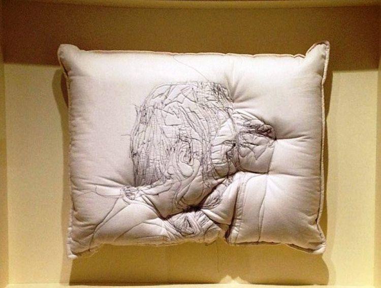 Sleep, las almohadas bordadas por Maryam Ashkanian