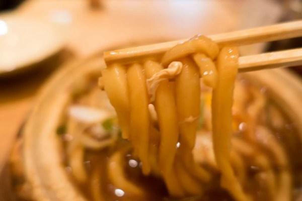 讃岐うどんとは全く違う、重たい麵