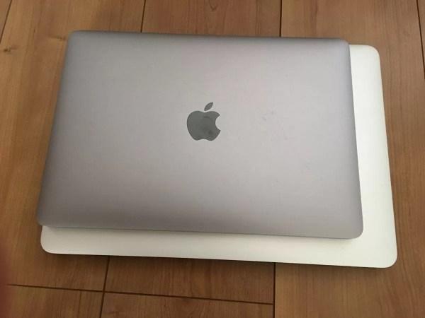 13インチMacBook Proと重ねてみると、かなり小さいことが分かる