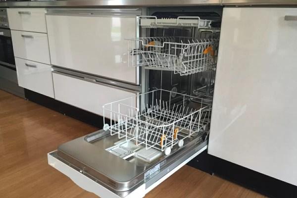 何より嬉しいのは、食洗機があること!大人5〜6人分の食器や大きいフライパンも入ります。
