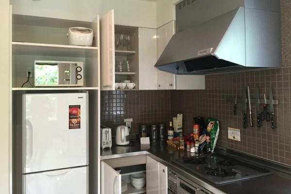 広々としたキッチンは冷蔵庫、炊飯器、電子レンジ、ガスコンロ、オーブンまで完備。食器も揃っています。