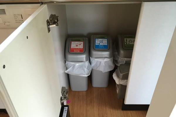 動物に漁られるためゴミは屋内保管。清掃のタイミングで持って行ってくれます。何より子どもが簡単に触れないよう扉で隠されている心遣いがすばらしい。
