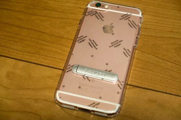 iPhone 6sに装着(保護フィルムは剥がしていない)