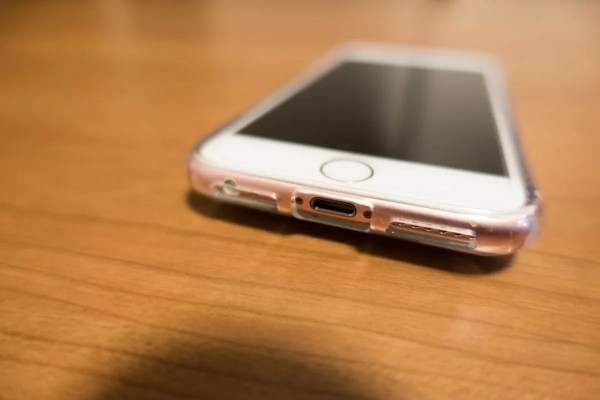 ポート類はキッチリ保護される(iPhone 7用なのでイヤフォンジャック穴がない)