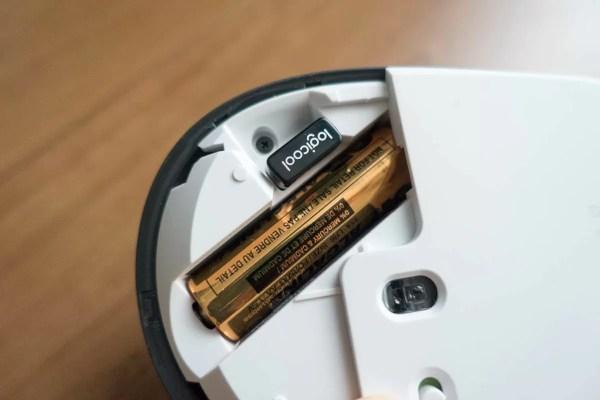 単3乾電池1本が内蔵。 USBレシーバーも内蔵されている