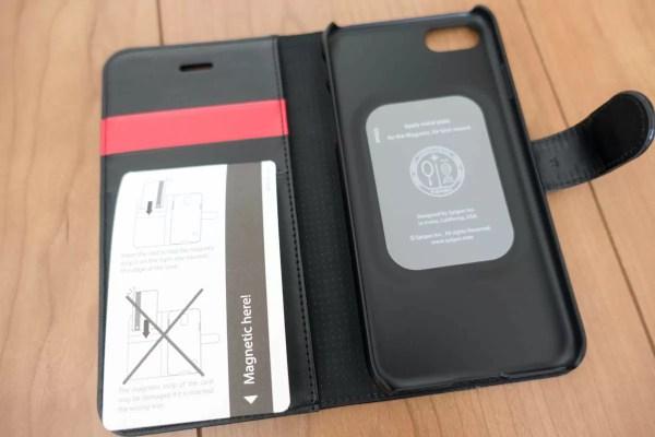 これが内側。カバー部分にマグネットがあるため、磁気方式のクレジットカードを挿入する場合の注意点有り