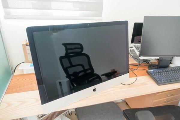 重さに耐えられず机に落ちたiMac