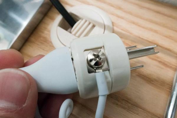 iMacのコンセントに付いているアース線を、プラスネジに挟んで固定する