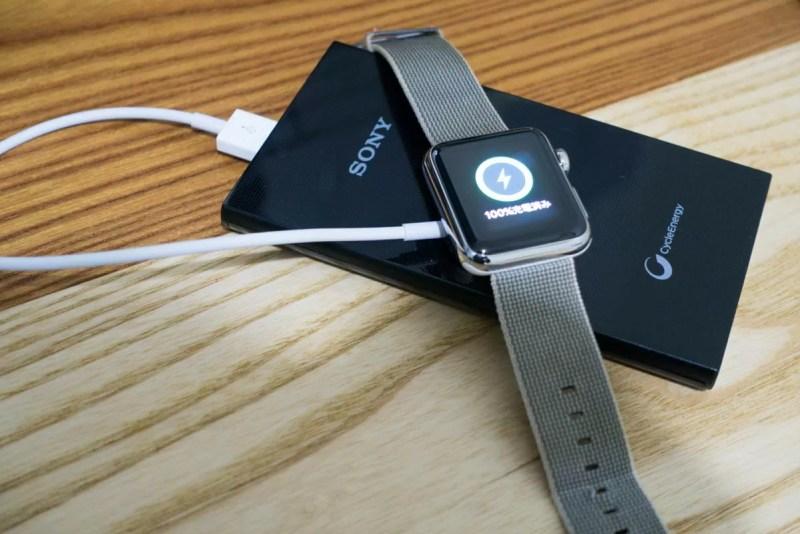 モバイルバッテリー経由で充電中のApple Watch
