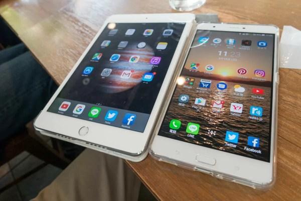 右がZenFone 3 Ultra、左がiPad mini 4