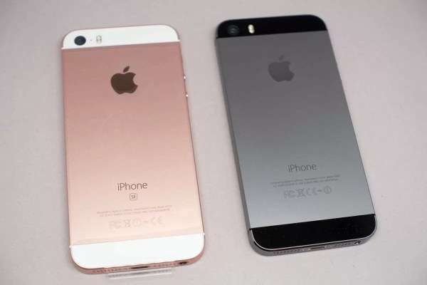 左がiPhone SE、右がiPhone 5s