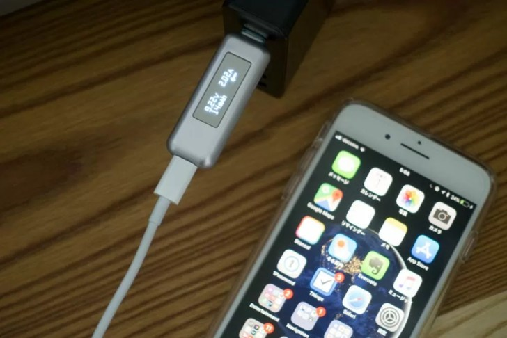 USB-C Lightningケーブルで充電中