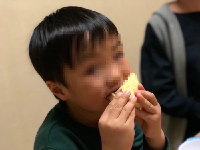 お寿司を食べる息子