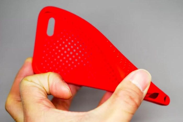 iPhoneケース専用の素材「エラストマー」は、シリコンほどではないが弾力性がある