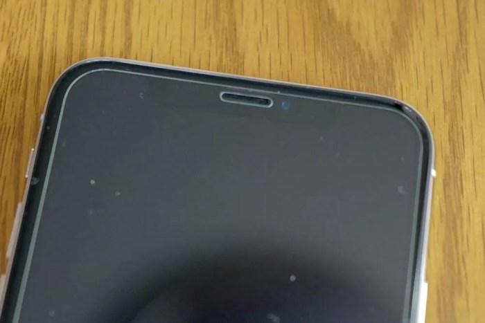 TrueDepthカメラを覆い隠すタイプ