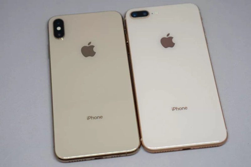 左がiPhone XS Max、右がiPhone 8 Plus