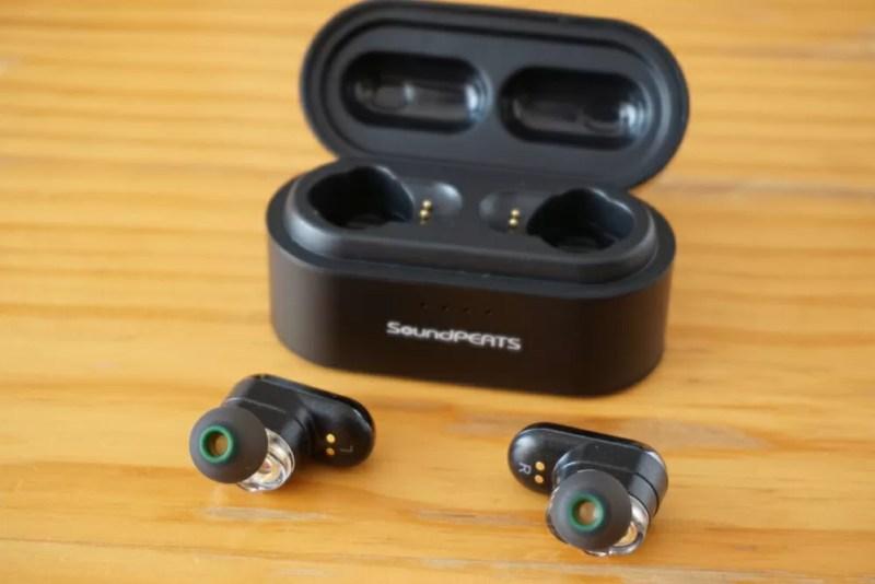 SoundPEATS(サウンドピーツ) Truengine Bluetooth イヤホン 充電ケースからイヤホンを取り出す